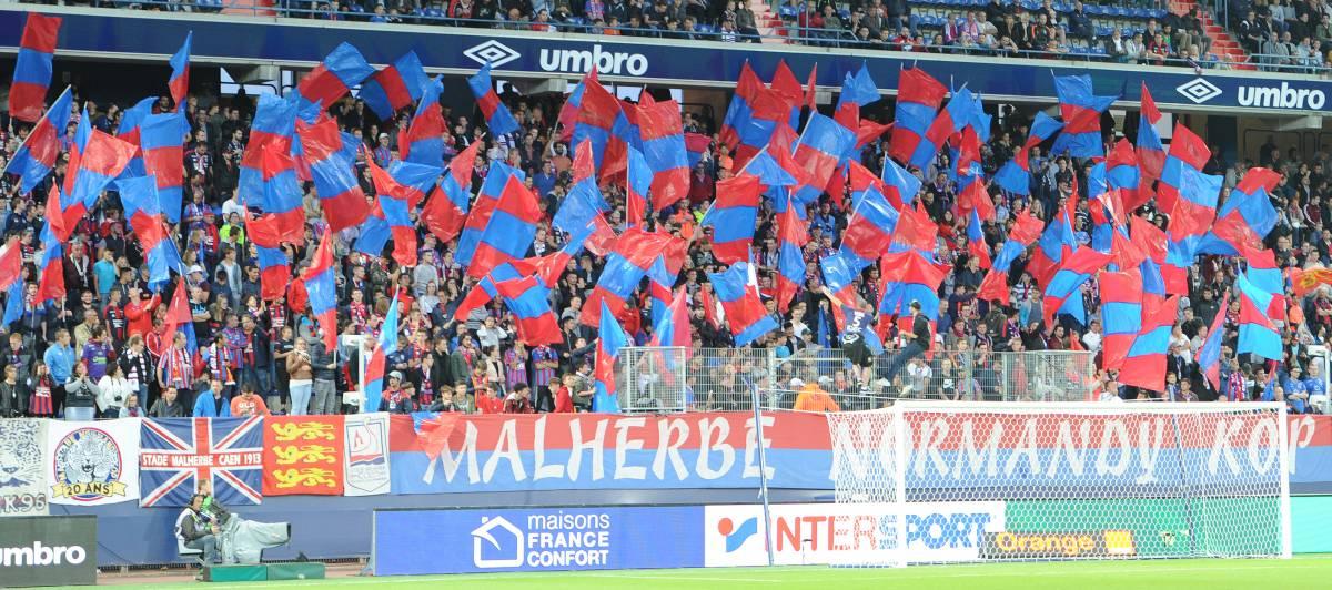 [9e journée de L1] SM Caen 0-2 SCO Angers Mnk_drapeaux_bleu_et_rouge_1