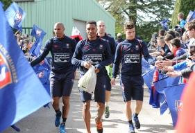 Emmanuel Imorou, Jordan Adéoti, Frédéric Guilbert et leurs coéquipiers ont été accueillis par des dizaines de jeunes footballeurs issus des écoles de foot du Bessin.