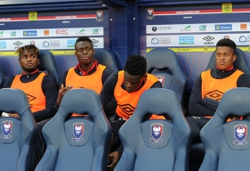 Retenu à plusieurs reprises dans le groupe de Patrice Garande en Ligue 1, Durel Avounou - ici, sur le banc caennais, avec Pape Sané, Romain Genevois et Jordan Tell - a été convoqué en équipe nationale du Congo.