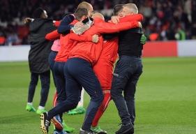 Après avoir eu la confirmation du résultat de Lorient - Bordeaux et du match nul entre les deux équipes (1-1), Patrice Garande et son staff laissent éclater leur joie sur la pelouse du Parc des Princes.