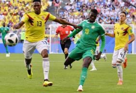 L'ancien caennais Mbaye Niang, auteur d'un but lors de sa première coupe du Monde, au duel avec le défenseur colombien Yerri Mina