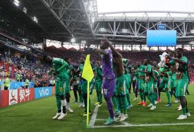 Adama Mbengue fête la victoire des Lions de la Teranga au milieu de ses coéquipiers et face au nombreux public Sénégalais