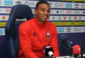 Titulaire aux côtés de Romain Genevois lors de la 1re journée à Montpellier, Alexander Djiku pourrait être associé à Damien Da Silva (de retour de suspension) ce samedi soir contre Saint-Etienne.