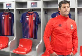 Fabien Mercadal, le nouvel entraîneur du Stade Malherbe, dans le vestiaire caennais lors de sa visite des installations
