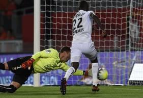 Alors que le SMC a ouvert le score de puis trois minutes, Rémy Vercoutre repousse un tir de Wahbi Khazri avant de se saisir du ballon dans un second temps qu'Adama Mbengue avait poussé involontairement en direction de ses filets.