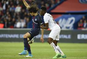 Avec 154 buts sous le maillot parisien, Edinson Cavani - ici, à la lutte avec Romain Genevois - ne se trouve plus qu'à deux longueurs du record de Zlatan Ibrahimovic.