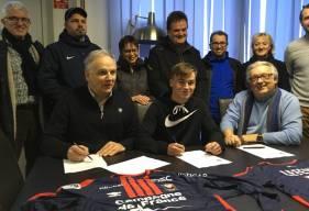 Gérard Gohel, le président de l'AS Cherbourg (assis à droite), avait convié la presse locale pour la signature de l'espoir Florian Lefèvre en faveur du Stade Malherbe, représenté par Francis De Taddeo, le directeur de son centre de formation.