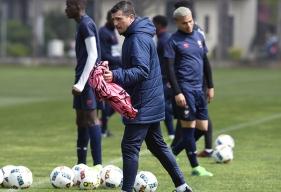 Pour préparer les jeunes à l'impact physique qui les attend chez les seniors, Grégory Proment siffle rarement les fautes comme les tirages de maillot et les bousculades à l'entraînement.