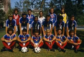En 1984, Patrice Garande (troisième en bas en partant de la gauche) avait été sacré champion Olympique à Los Angeles avec Henri Michel comme sélectionneur (debout au centre).