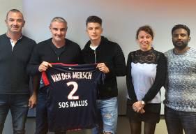 En compagnie, ici, notamment d'Alain Cavéglia et de ses parents lors de la signature de son contrat stagiaire, Hugo Vandermersch (18 ans) évolue déjà régulièrement avec la réserve en National 3.