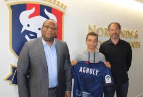 Maxence Agnoly prend la pose avec son père et Stéphane Nado après s'être engagé avec le Stade Malherbe Caen