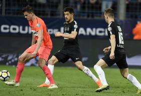 Touché au psoas et sorti à la mi-temps, Ivan Santini - ici, face aux Parisiens Yuri Berchiche et Giovanni Lo Celso - est très incertain pour le déplacement à Metz en championnat samedi.