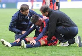 Violemment touché par Max-Alain Gradel dans les arrêts de jeu, Jessy Deminguet - ici, avec le staff médical caennais - n'a pas pu participer à la dernière action du match.