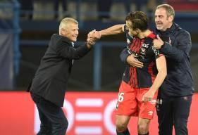 Patrice Garande et Jean-Marie Huriez félicitent Ivan Santini. Auteur de l'ouverture du score avant de pousser à la faute Cédric Yambéré qui a marqué contre son camp, le Croate était dans tous les bons coups contre Dijon.