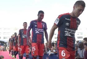 Arrivant sur l'esplanade de d'Ornano dans leur bus, Jonathan Delaplace, Emmanuel Imorou, Julien Féret et l'ensemble des Caennais ont dévoilé le nouveau maillot domicile du Stade Malherbe pour la saison 2017-2018.