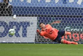 A l'image de cette frappe flottante de Wesley Sneijder sur laquelle il s'est détendu de tout son long pour la repousser en corner, Rémy Vercoutre a réalisé de nombreuses parades décisives contre Nice.