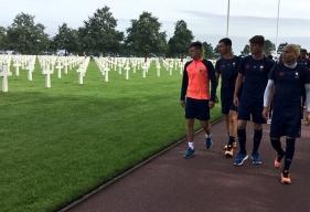 Pendant leur randonnée, les jeunes caennais de la réserve du SMC ont fait une halte au cimetière américain de Colleville-sur-Mer à proximitéd'Omaha Beach.