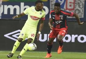 Auteur de la réduction du score, Karl Toko Ekambi - ici, face à Romain Genevois lors du match aller contre le Stade Malherbe - a failli offrir l'égalisation au SCO à la dernière minute.