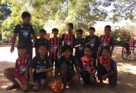 Les jeunes footballeurs cambodgiens avec le sourire après avoir reçu deux jeux de maillots du Stade Malherbe Caen