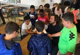 Paul Baysse s'est prêté au jeu des dédicaces suite à la dictée Ela dans une école d'Hérouville-Saint-Clair