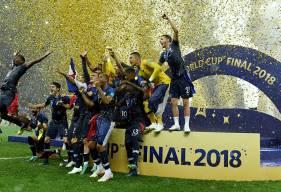 Le moment que l'on attendait tous hier soir, la remise de la Coupe du Monde aux joueurs de l'équipe de France et au capitaine Hugo Lloris © Fédération Française de Football