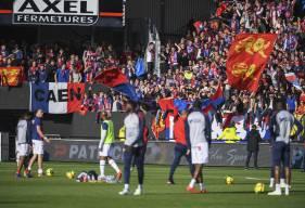 Les joueurs du Stade Malherbe à l'échauffement devant leurs supporters avant d'affronter l'En Avant Guingamp hier soir