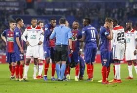 L'incompréhension des joueurs du Stade Malherbe Caen au moment de l'expulsion d'Alexander Djiku après une faute sur Menphis Depay