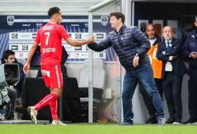 Fabien Mercadal félicite Saïf-Eddine Khaoui remplacé en cours de rencontre par Malik Tchokounté