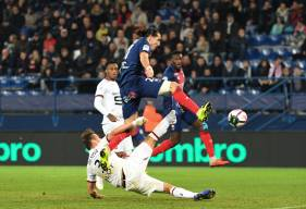 Enzo Crivelli et Damien Da Silva au duel lors du match aller sur la pelouse du Stade Michel d'Ornano
