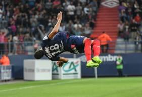 La célébration reste la même pour Yacine Bammou, l'attaquant du Stade Malherbe a réalisé son célèbre salto après l'ouverture du score avant de rejoindre le banc de touche pour fêter le but avec le reste de l'effectif