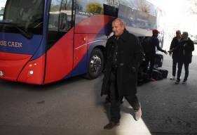 Rolland Courbis à la sortie du bus hier après-midi en arrivant au Roazhon Park pour affronter le Stade Rennais