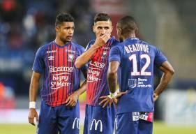La discussion entre Fayçal Fajr, Claudio Beauvue et Yoël Armougom avant le coup-franc décisif sur le second but du Stade Malherbe