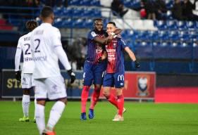 Saïf-Eddine Khaoui félicité par Ismaël Diomandé à inscrit 2 de ses 4 buts au mois de décembre