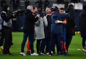 """La joie du staff caennais et de Fayçal Fajr après le penalty décisif inscrit par le capitaine """"rouge et bleu"""""""