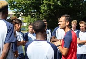 Matthieu Ballon va diriger sa quatrième saison consécutive à la tête des U17 Nationaux devant des joueurs à l'écoute pour le premier discours de la saison