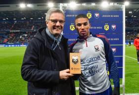 Christophe Künkel a remis le trophée du joueur du mois à Alexander Djiku avant la rencontre face au Nîmes Olympique