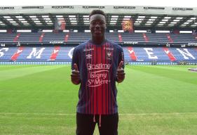 Aly Ndom a participé à l'opposition face à l'US Avranches et a inscrit son premier but avec le Stade Malherbe, de la tête sur corner