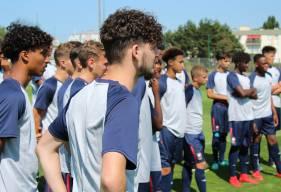 Tony Villeray et les jeunes joueurs du Stade Malherbe Caen concentrés devant les consignes des coachs