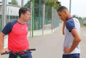 Après avoir découvert le Stade Michel d'Ornano, Yacine Bammou a pu s'entretenir quelques secondes avec Fabien Mercadal avant de se rendre sur les terrains de Venoix pour un test d'effort