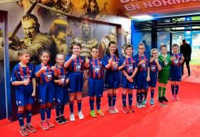 Les jeunes joueurs de Dives / Mer tout sourire avant d'entrer sur la pelouse avec les joueurs de Valenciennes
