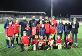 Les gardiens et gardiennes de l'école de football ont reçu une dotation de gants pour le reste de la saison hier soir