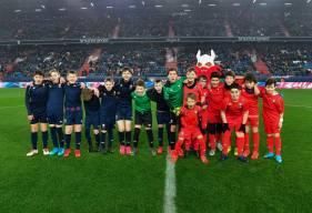 Les équipes de Gacé et de l'AG Caen aux côtés de Vik' lors du challenge de la mi-temps face à Ajaccio