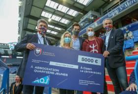 Olivier Pickeu et Arnaud Tanguy aux côtés des membres de l'Association Quartiers Jeunes