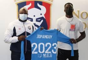 Destiné Jopanguy aux côtés de Djibi Diao lors de la signature de son contrat stagiaire avec le Stade Malherbe