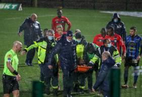 Garissone Innocent évacué sur civière après s'être écroulé sur la pelouse du FC Chambly hier soir