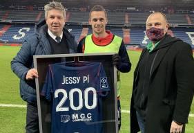 Jessy Pi a reçu une maillot des mains d'Olivier Pickeu et Vincent Catherine pour fête sa 200e en professionnel