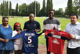 Franck Mefouma aux côtés de sa mère, sa soeur, Djibi Diao et Vincent Herlbet