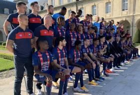 La direction, les joueurs et le staff du Stade Malherbe Caen ont pris la pose hier après-midi pour la photo officielle