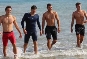 Johann Lepenant, Jessy Deminguet, Thomas Callens, Hugo Vandermersch et les joueurs du groupe professionnel ont participé à une journée de cohésion à Arromanches ce lundi matin