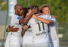 La joie des joueurs du Stade Malherbe après l'ouverture du score d'Alexandre Mendu en début de seconde période